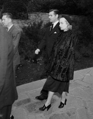 Clark Gable and Carole Lombard attend Jean Harlow's funeral